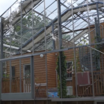 Πρωτότυπο θερμοκήπιο «τυλίγει» ολόκληρο το σπίτι, θερμαίνοντάς το με ηλιακή ενέργεια (βίντεο)