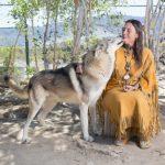 Η γυναίκα που κέρδισε το σεβασμό των λύκων